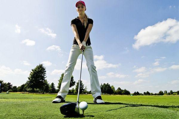 Chica jugando a golf
